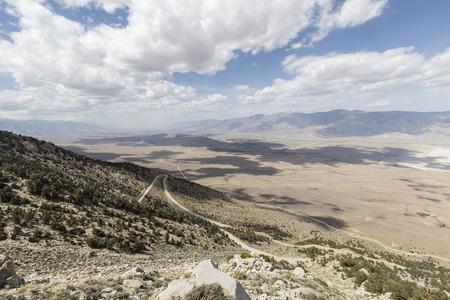 lone pine: Barrido vista hacia Lone Pine y las colinas de Alabama en Owens Valley, California.