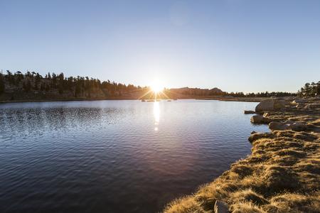 inyo national forest: La luz del amanecer en el Cirque Lago en el Bosque Nacional Inyo de California. Foto de archivo