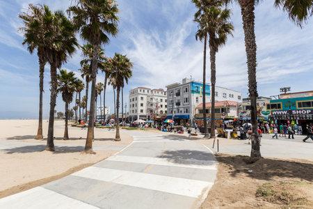 로스 앤젤레스, 캘리포니아에서 인기있는 베니스 비치 자전거 경로의 편집보기.