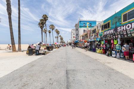 로스 앤젤레스, 캘리포니아, 미국 -2014 년 6 월 20 일 : 상점과 유명한 펑키 베니스 비치 보드에 관광객 로스 앤젤레스에서 도보.