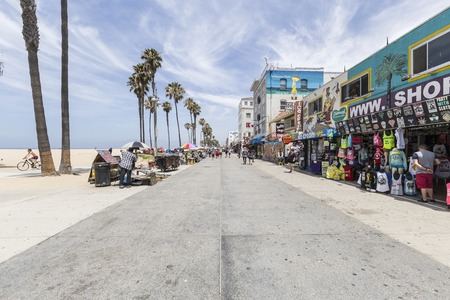 Los Angeles, California, USA - June 20, 2014:  Shops and tourists on the famously funky Venice Beach board walk in Los Angeles.  Redactioneel