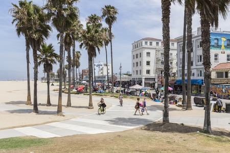 로스 앤젤레스, 캘리포니아, 미국 -2010 년 6 월 20 일 : 로스 앤젤레스, 캘리포니아에서 인기있는 베니스 비치 판자 및 자전거 경로보기. 에디토리얼