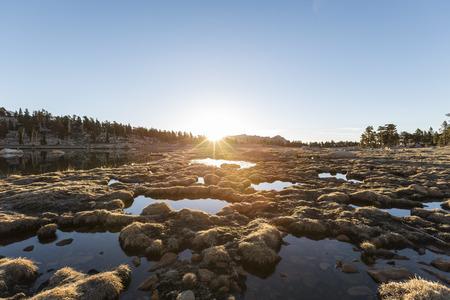 inyo national forest: La salida del sol del pantano Alpine a Cirque Lago en el Bosque Nacional Inyo, cerca de Lone Pine, California Foto de archivo