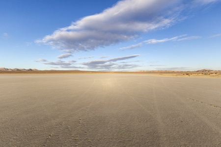 El Mirage dry lake bed in Californias Mojave desert. Imagens