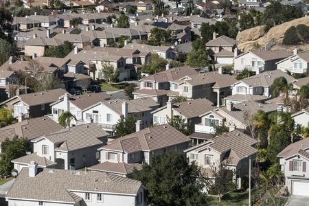 Typische moderne suburbane woningen in de buurt van het zonnige Los Angeles California. Stockfoto - 34215900