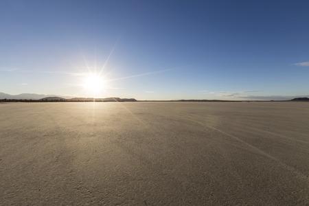캘리포니아의 모하비 사막에서 엘 미라지 마른 호수 침대에서 오후 태양.