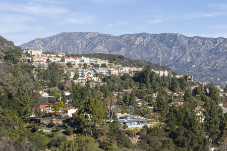 ca: Upscale Los Angeles County hillside homes with San Gabriel mountains backdrop. Stock Photo