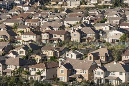 로스 앤젤레스, 캘리포니아 근처시 미 계곡에서 밀도가 큰 교외 언덕 집.