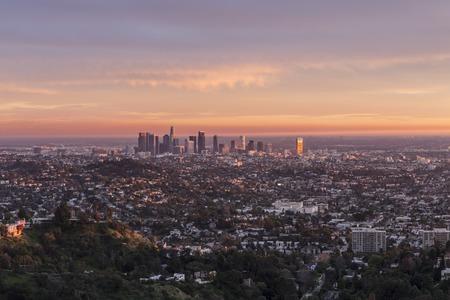 Laatste stralen van de middag licht verlichten het centrum van Los Angeles, Californië. Stockfoto - 35885444