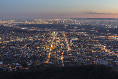 Dusk mountain view of Los Angeles and Glendale in Southern California. 版權商用圖片 - 36050271