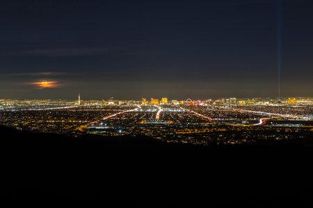 라스베가스, 네바다, 미국 -2011 년 2 월 4 일 : 보름달 네바다 주 라스 베이거스의 도시 이상 상승. 에디토리얼