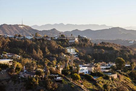 로스 앤젤레스, 캘리포니아, 미국 - 2015 년 1 월 1 일 : 할리우드 힐스 주택과 로스 앤젤레스의 산타 모니카 산맥에있는 할리우드 로그인.