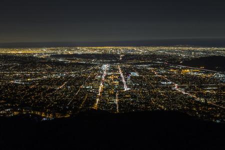 cenital: Noche aérea de Glendale y el centro de Los Ángeles en el sur de California. Foto de archivo