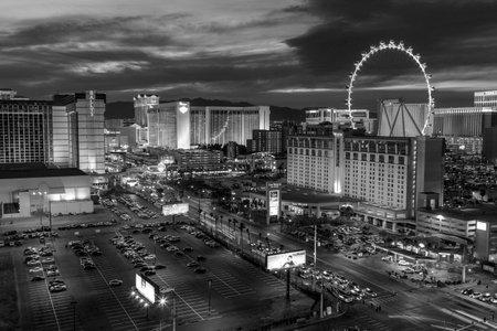 cenital: Las Vegas, Nevada, EE.UU. - 22 marzo 2015: Crep�sculo en las estaciones de la tira de Las Vegas y High Roller Noria.