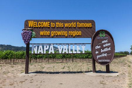Napa Valley, California, USA - 4 juli 2015: Welcome to Napa Valley wijnbouwgebied teken en wijngaarden in het centrum van Californië. Stockfoto - 43481979