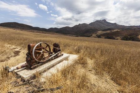 bomba de agua: Bomba de agua de la vendimia abandonado en la zona de las monta�as de Santa M�nica de la sequ�a asolado el sur de California.
