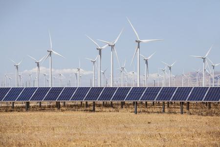 Windmolens en zonnepanelen productie van alternatieve energie. Stockfoto - 43674553