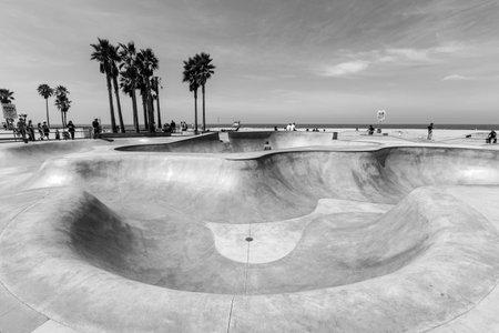 patín: Los Ángeles, California, EE.UU. - 20 de junio 2014: un tazón de concreto profundo en el popular parque de skate Venice Beach en Los Ángeles, California.