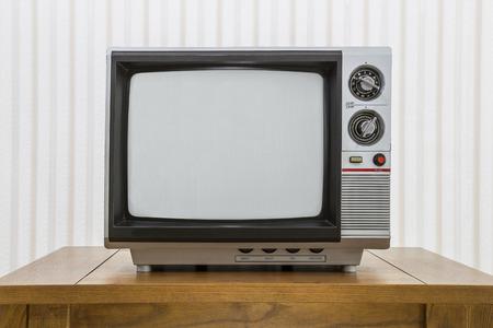 Uitstekende draagbare televisie op een oude ambachtsman stijl tafel.