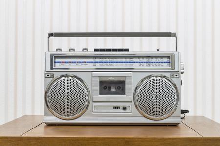 equipo de sonido: Radiocasete portátil estilo Vintage equipo de sonido en la mesa de madera vieja.
