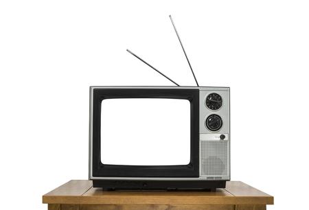 tv: télévision Vintage sur la table en bois isolé sur blanc avec écran découpé. Banque d'images