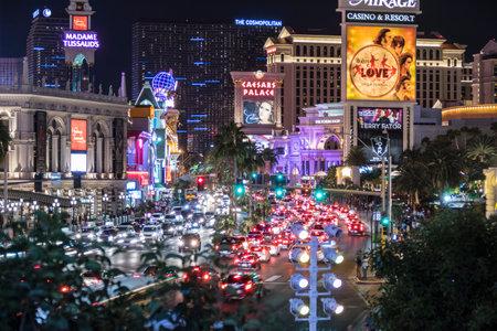 交通: ラスベガス ・ ストリップにラスベガス、ネバダ州、アメリカ合衆国 - 2015 年 10 月 10 日: 夜の週末のトラフィック。