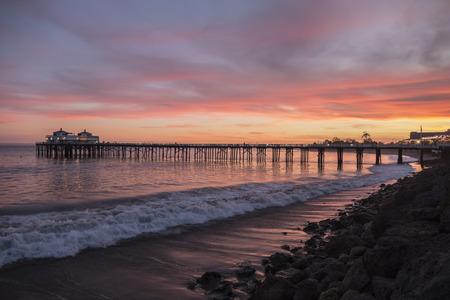 Malibu Pier Pazifischen Ozean Sonnenuntergang an der Küste Southern California.