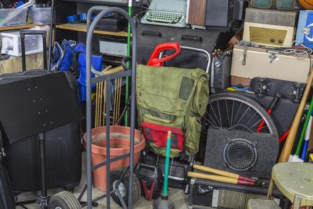 Junk angolo pieno di garage di stoccaggio.
