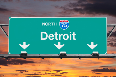 Detroit Michigan Interstate 75 noorden snelweg teken met zonsopganghemel.