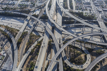 Aerial of the Harbor 110 and Century 105 freeway interchange south of downtown Los Angeles in southern California. Imagens
