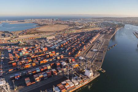 literas: Los Ángeles, California, EE.UU. - 17 de agosto 2016: Tarde vista aérea del puerto de Los Ángeles literas, grúas y contenedores.