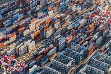 ロサンゼルス、カリフォルニア、アメリカ合衆国 - 2016 年 8 月 16 日: 貨物出荷ドック上に積層された容器の午後の空中写真。 報道画像