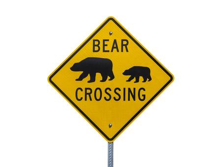 signos de precaucion: Oso cruzar la carretera signo aislado en blanco.