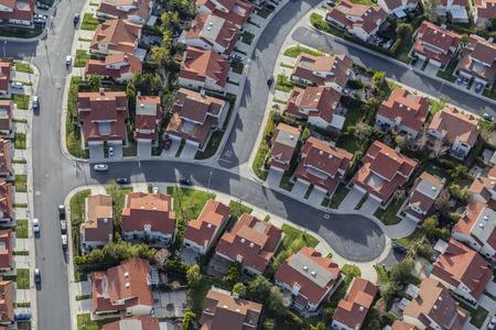 Vista aerea della strada suburbana tipica del cul de sac nella regione di San Fernando Valley della California del sud. Archivio Fotografico