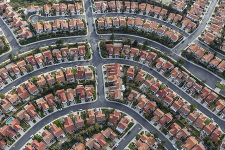 로스 앤젤레스 캘리포니아에서 현대 교외 이웃의 공중보기.