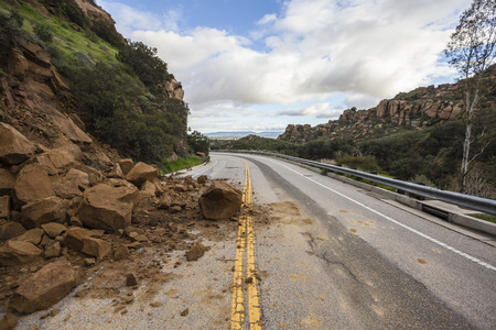 Storm gerelateerde aardverschuiving blokkeren Santa Susana Pass Road in Los Angeles, Californië. Stockfoto - 72558860