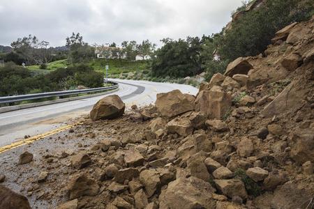 De aardverschuiving van het de winteronweer blokkerende Santa Susana Pass Road in de Stad van Los Angeles, Californië.