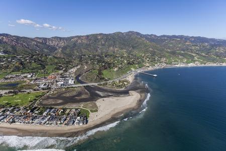マリブ ラグーンと南カリフォルニアのサーフ ビーチ、マリブ コロニー近所の空撮。