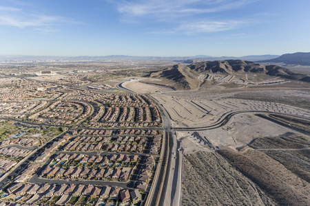 cantieri edili: Aerial view of the expanding western edge of Las Vegas near Red Rock National Conservation Area.