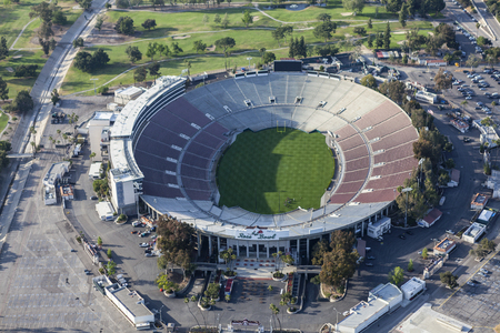poblíž: Pasadena, Kalifornie, USA - 12. dubna 2017: Letecký pohled na historický stadion Rose Bowl nedaleko Los Angeles.