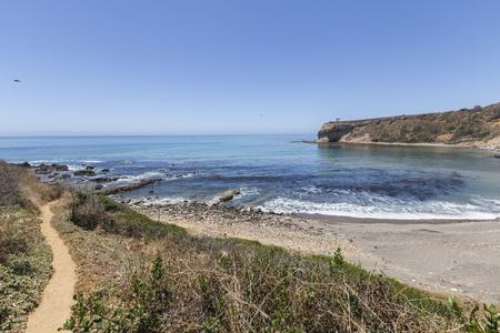 남부 캘리포니아 전복 코브 해안 공원에서 신성한 코브를 선도하는 흔적을 하이킹. 스톡 콘텐츠