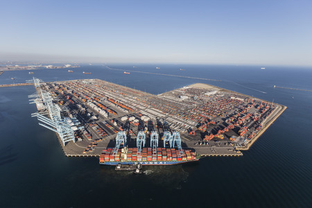 Los Angeles, California, USA - July 10, 2017:  Sprawling Los Angeles Harbor Pier 400 with Hyundai cargo ship unloading containers. 新聞圖片