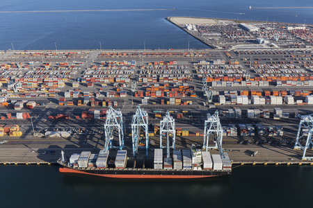 Los Angeles, California, USA - July 10, 2017:  Aerial view of Terminal Island cargo containers and ship in Southern California. 新聞圖片
