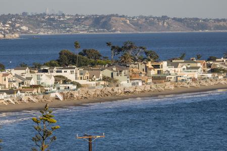 말리 부 식민지 바다 앞 집 백그라운드에서 산타 모니카 베이와 로스 앤젤레스 캘리포니아.