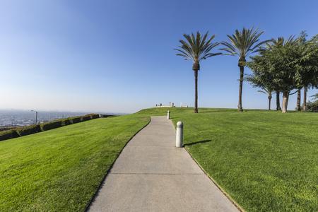 야자수, 푸른 잔디와 도시보기 신호 힐 언덕 공원 롱 비치 캘리포니아에서.