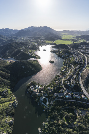 Vertical aerial view of Lake Sherwood, Hidden Valley and the Santa Monica Mountains near Westlake Village, Malibu and Thousand Oaks California. Banque d'images - 98892021