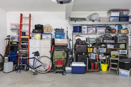 Estantes de almacenamiento de garaje con objetos y equipos antiguos.