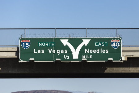 Las Vegas Interstate 15 and 40 freeway arrow sign in the Mojave desert near Barstow, California. Imagens