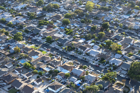 Late afternoon aerial view older San Fernando Valley residential streets and homes near Van Nuys in Los Angeles, California. 스톡 콘텐츠