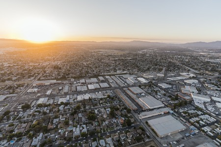 Sunset aerial view towards Lankershim Blvd in the Sun Valley neighborhood of the Fernando Valley in Los Angeles, California. 스톡 콘텐츠